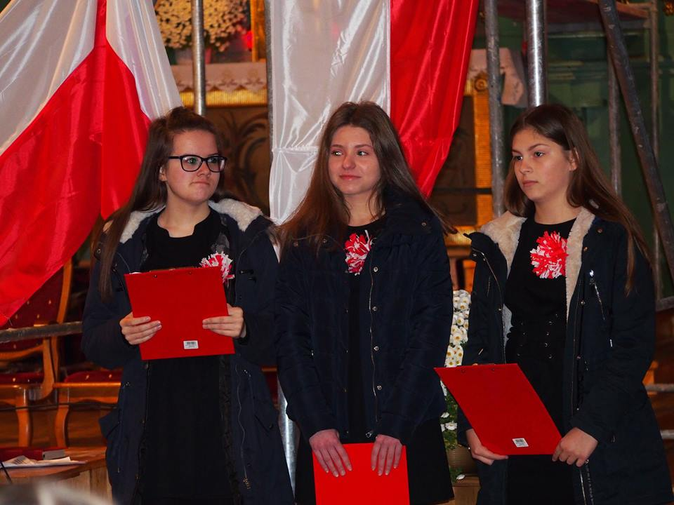 Występ młodzieży szkolnej podczas mszy patriotycznej 11 listopada